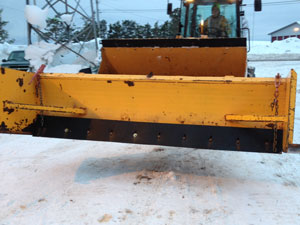 Snow plow cutting edges